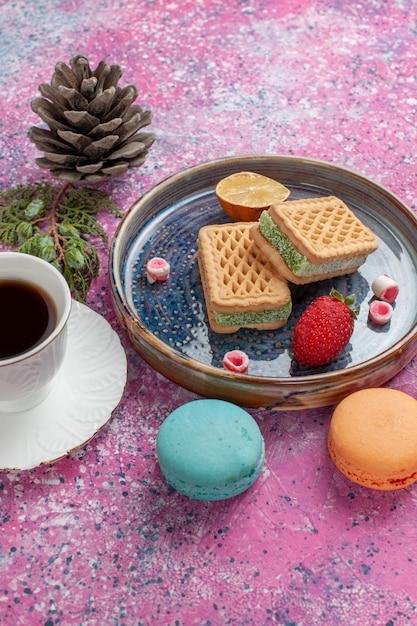 Heerlijke koekjesbroodjes met macarons en koffiekop Gratis Foto