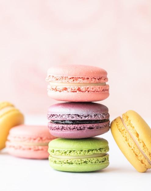 Heerlijke macarons op tafel Gratis Foto