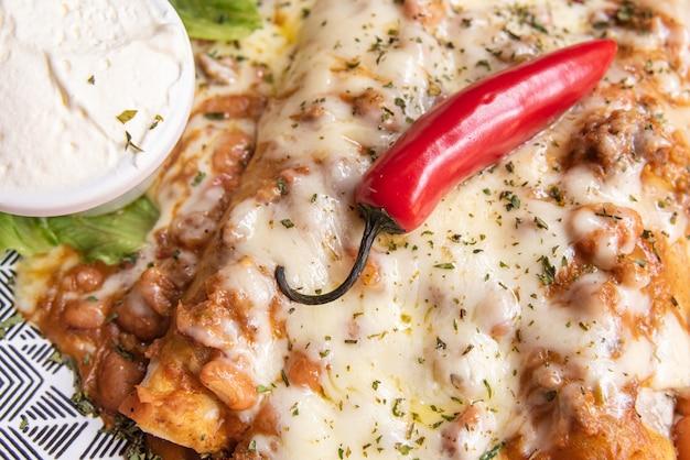 Heerlijke mexicaanse taco's op een kleurrijke tafel Gratis Foto