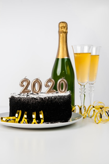 Heerlijke middernacht cake en drank 2020 nieuwe jaarcijfers Gratis Foto