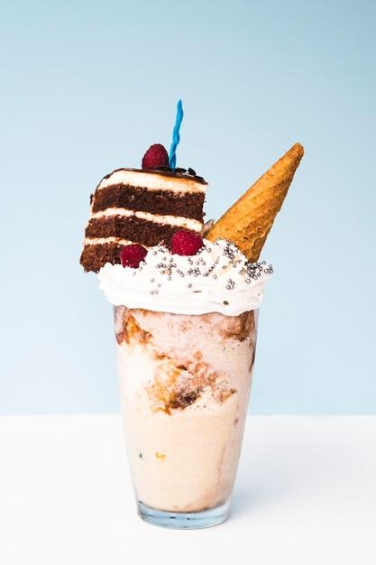 Heerlijke milkshake met ijshoorntje en cake Gratis Foto