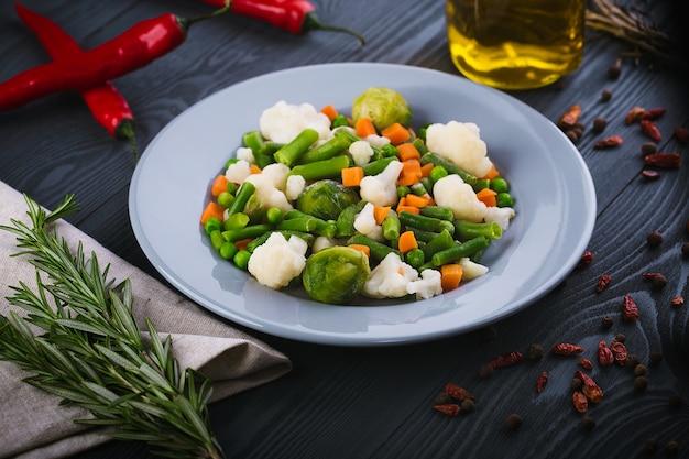 Heerlijke mix van groenten op het bord Premium Foto