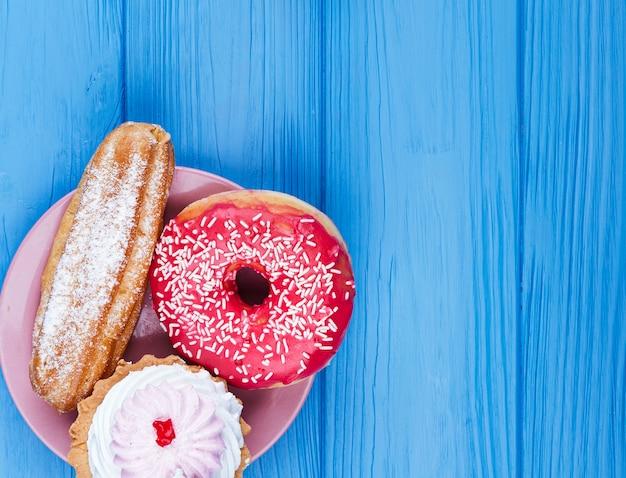 Heerlijke ongezonde snack op houten achtergrond Gratis Foto