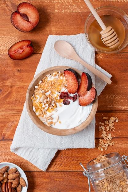 Heerlijke ontbijtkom met aardbeien en haver Gratis Foto