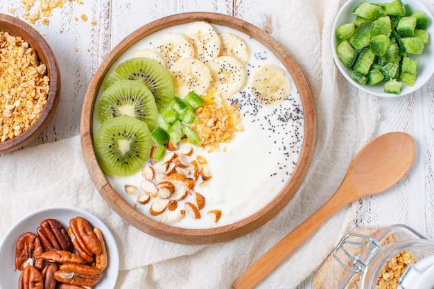 Heerlijke ontbijtkom met haver en fruit Gratis Foto