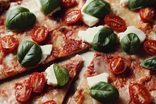 Heerlijke pizza met basilicum Gratis Foto
