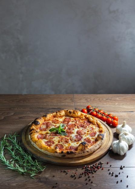 Heerlijke pizza, traditionele italiaanse pizza. Gratis Foto