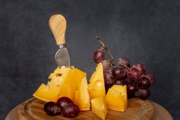Heerlijke plakjes kaas met druiven Gratis Foto