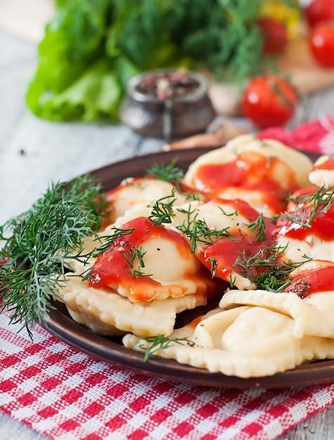 Heerlijke ravioli met tomatensaus en dille Gratis Foto