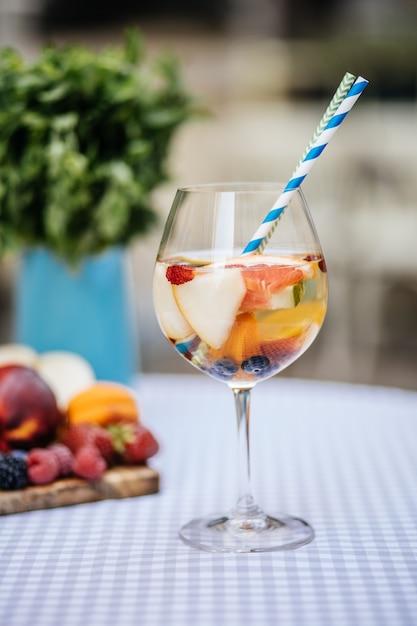 Heerlijke rode sangria met fruit op tafel Premium Foto