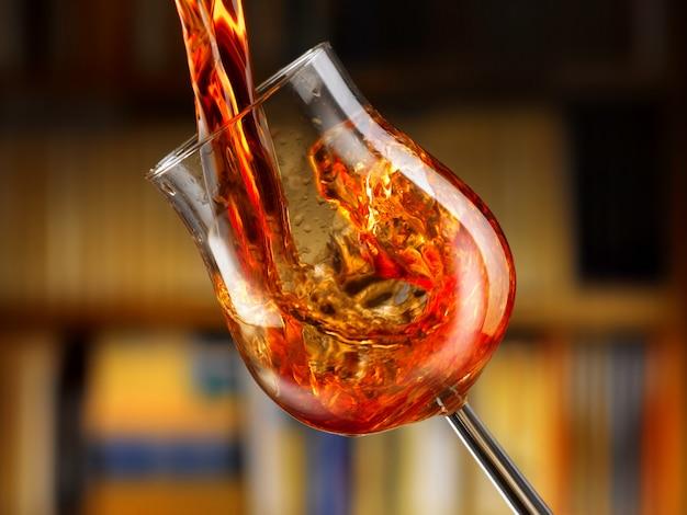 Heerlijke rode wijn gegoten in een glas Premium Foto