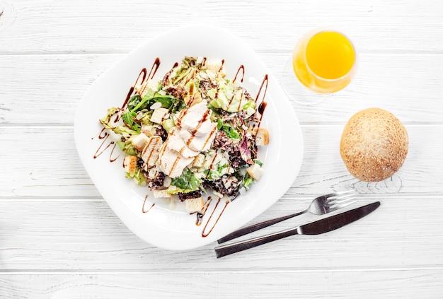 Heerlijke salade met komkommer en kip. Premium Foto