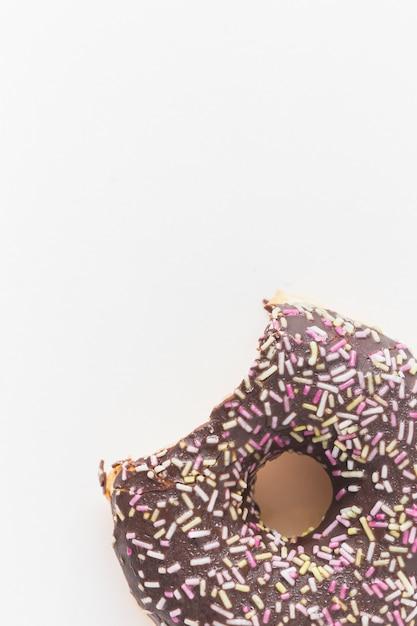 Heerlijke smakelijke doughnut met een ontbrekende beet die op witte achtergrond wordt geïsoleerd Gratis Foto