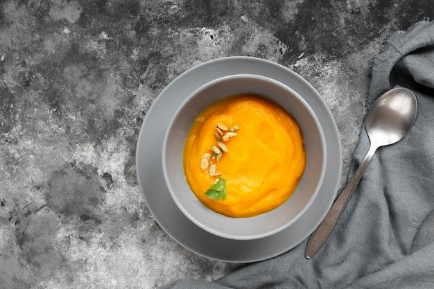 Heerlijke soep dicht bij een kleine lepel Gratis Foto