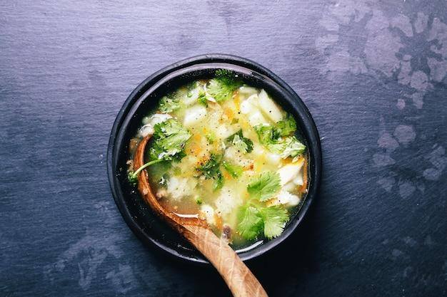 Heerlijke soep op zwarte kom Gratis Foto