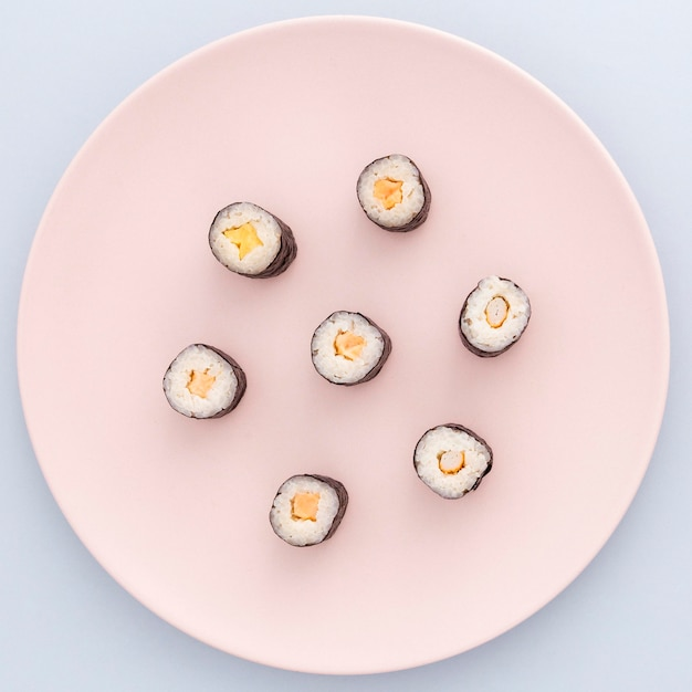 Heerlijke sushi rolt klaar om geserveerd te worden Gratis Foto
