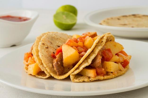 Heerlijke taco's op een witte plaat Gratis Foto