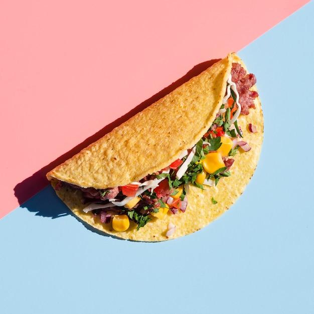 Heerlijke tortilla wrap met schaduw bovenaanzicht Gratis Foto