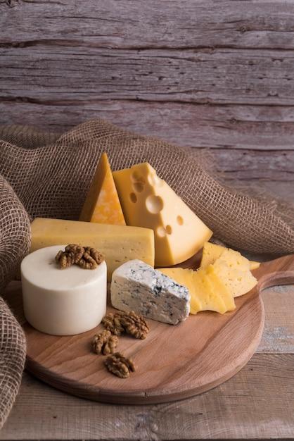 Heerlijke variëteit aan zelfgemaakte kaas Gratis Foto