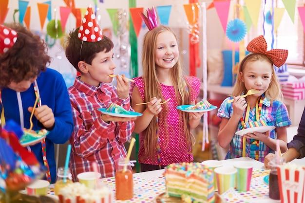Heerlijke verjaardagstaart op het feest Gratis Foto