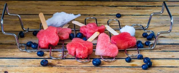 Heerlijke verse watermeloen met bosbessen op een metalen rooster Gratis Foto