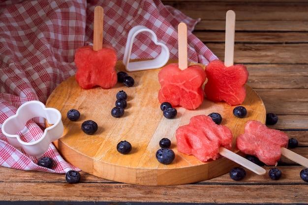 Heerlijke verse watermeloen met bosbessen Gratis Foto
