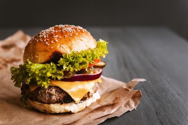 Heerlijke verse zelfgemaakte hamburger op een houten tafel Premium Foto