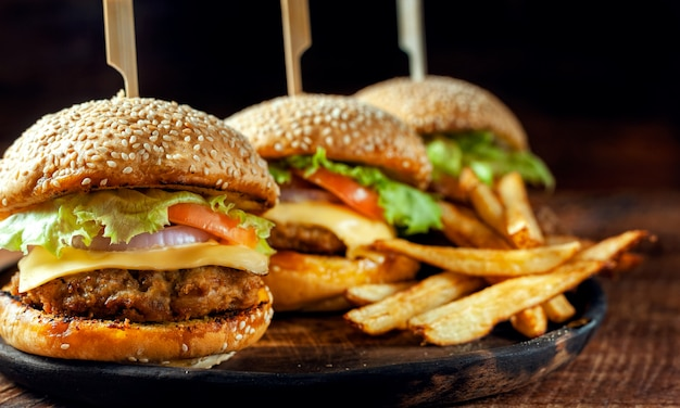 Heerlijke verse zelfgemaakte hamburger op houten plaat Premium Foto