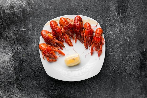 Heerlijke zeevruchtenzeekreeft op een plaat Gratis Foto