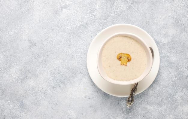 Heerlijke zelfgemaakte champignonroomsoep, bovenaanzicht Gratis Foto