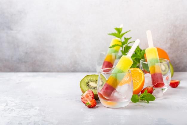 Heerlijke zelfgemaakte ijslollys Premium Foto