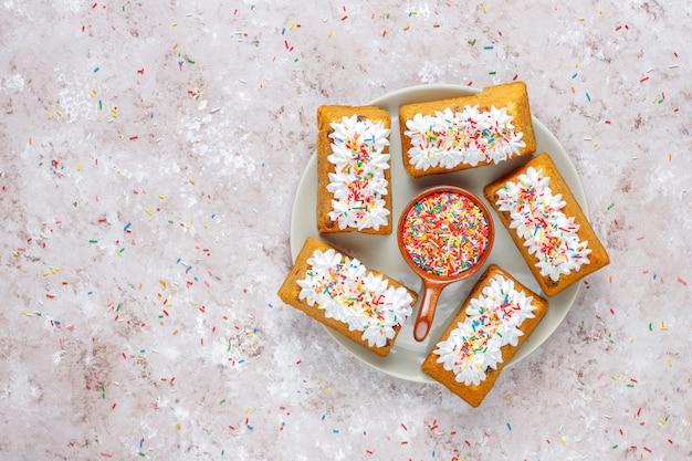 Heerlijke zelfgemaakte kleine fruit cake, rozijnen cake, bovenaanzicht Gratis Foto
