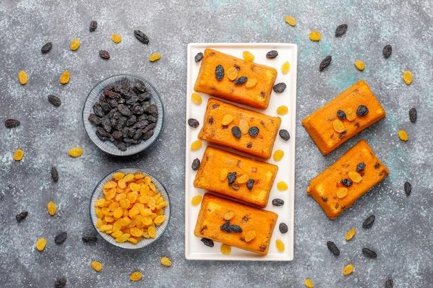 Heerlijke zelfgemaakte kleine fruitkoekjes, rozijnenkoekjes, bovenaanzicht Gratis Foto