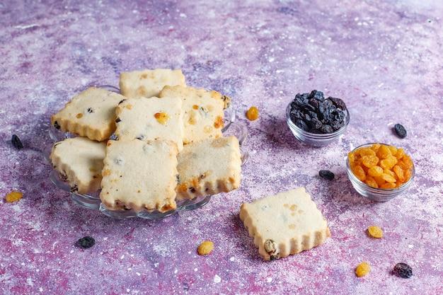 Heerlijke zelfgemaakte koekjes met rozijnen. Gratis Foto