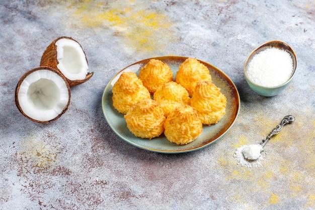 Heerlijke zelfgemaakte kokos bitterkoekjes met verse kokosnoot, bovenaanzicht Gratis Foto