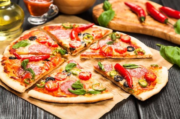 Heerlijke zelfgemaakte pizza Premium Foto