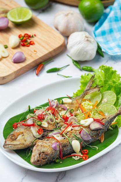 Heet en kruidig makreel versierd met thaise voedselingrediënten Gratis Foto