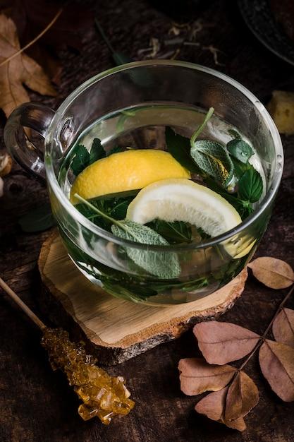 Heet water van hoge hoek met citroen en bladeren Gratis Foto