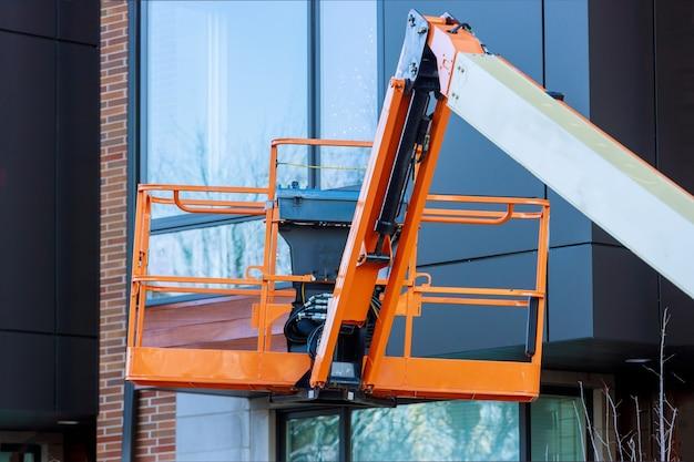 Hefplatform met hydraulisch systeem verhoogd industrieel werk op hoogte in een hoogwerker Premium Foto