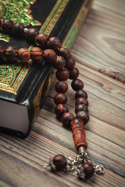 Heilige koran met kralen Premium Foto