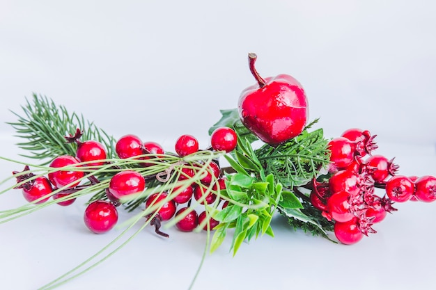 Heilige valse bessen en appel op witte achtergrond Gratis Foto