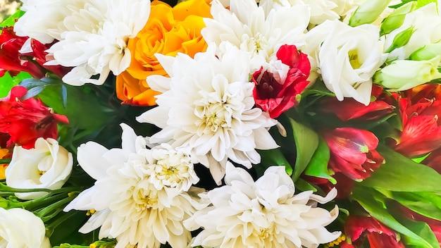 Helder boeket hierboven wordt geschoten dat van. cadeau voor evenement. viering concept. bloemen achtergrond. Premium Foto