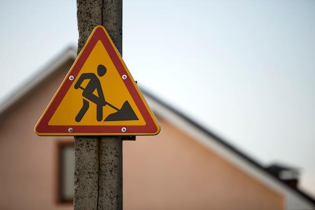 Helder geel driehoekig waarschuwingsbord Premium Foto