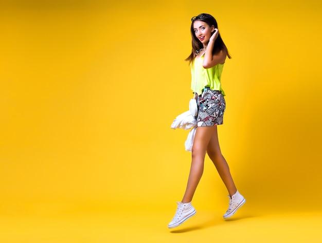 Helder positief mode portret van mooie jonge vrouw, stijlvolle trendy neon outfit, smart casual, leuke emoties, kleur pop Gratis Foto
