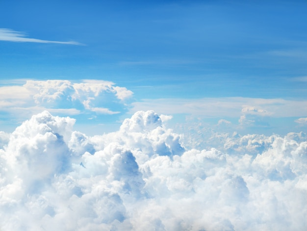 Heldere blauwe lucht en witte pluizige wolken Premium Foto