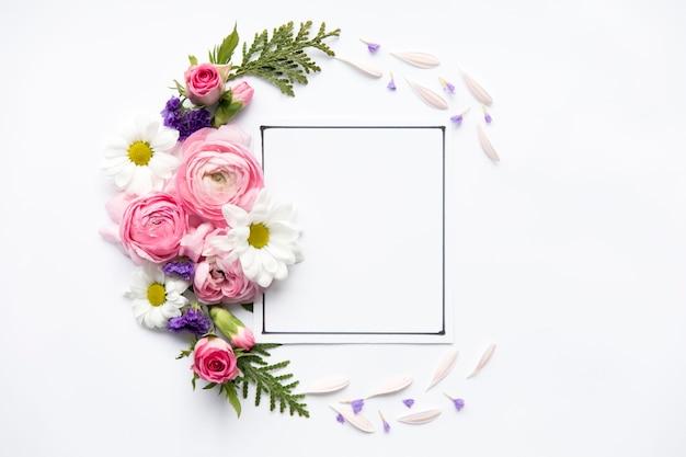 Heldere bloemen rond frame Gratis Foto