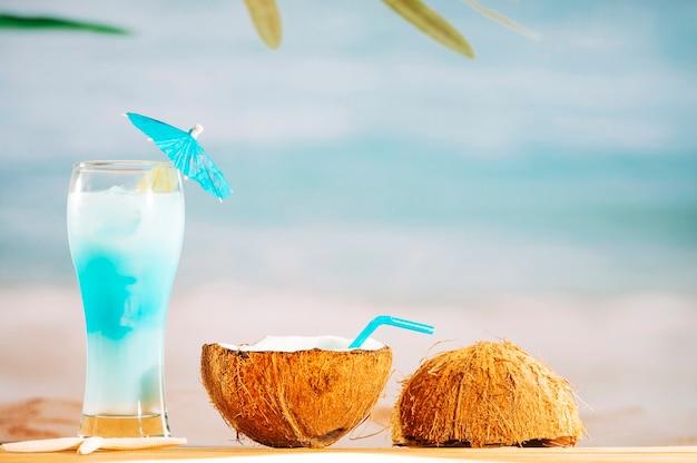 Heldere paraplu verfraaide cocktail en kokosmelk met stro Gratis Foto
