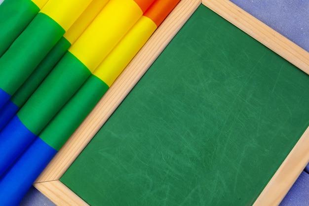 Heldere regenboog homo vlag op houten en lege ruimte Premium Foto