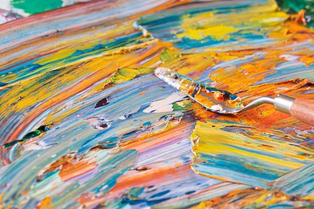 Heldere, sappige, veelkleurige abstractie van hun vermenging van olieverven op een paletclose-up. Premium Foto