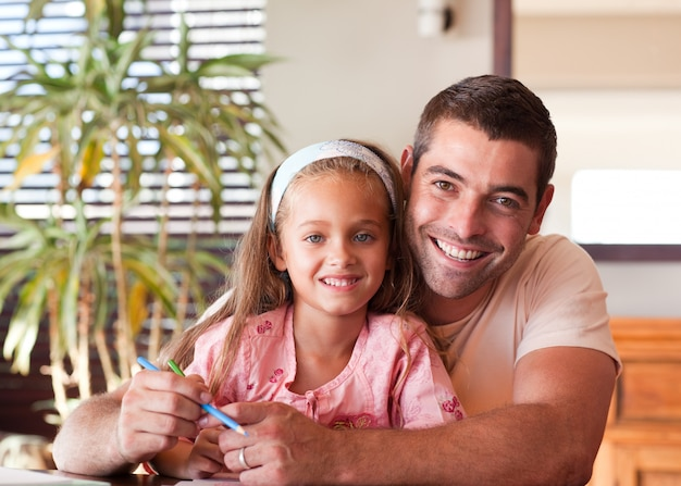 Heldere vader met lieve dochter Premium Foto